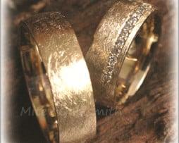 IM261 Венчални Брачни Халки с Диаманти в Жълто Злато, Мат Скреж