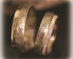 Сватбени Халки IM283 с Диаманти в Жълто Злато, Мат Скреж